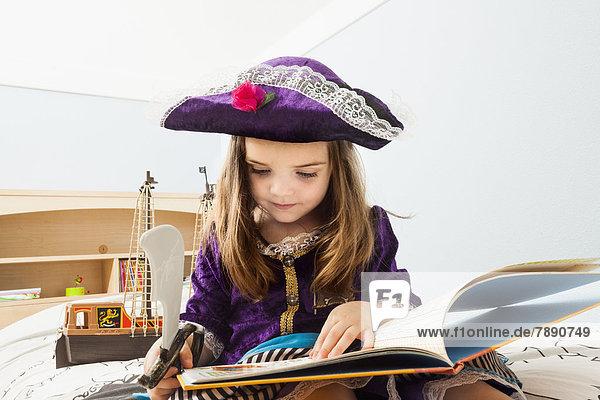 Europäer  Buch  Bett  Mädchen  Taschenbuch  vorlesen