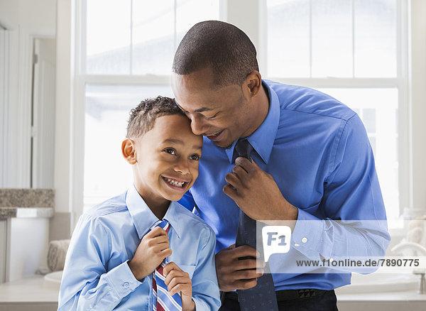 Menschlicher Vater Sohn gerade Krawatte