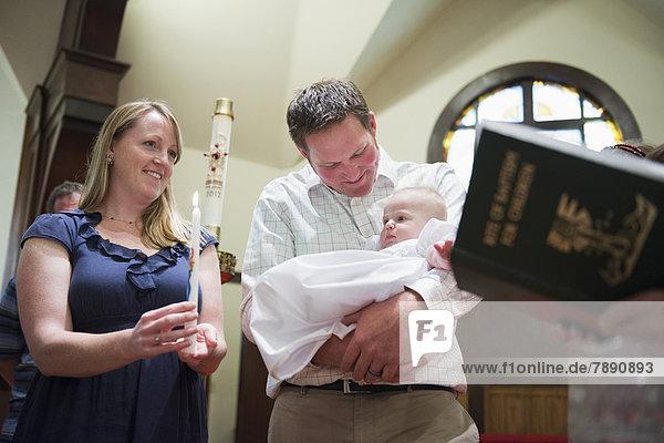 Europäer  Menschliche Eltern  Kirche  Baby Europäer ,Menschliche Eltern ,Kirche ,Baby