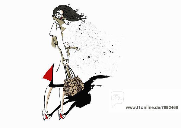 Stilvolle Frau im Trenchcoat trägt Handtasche mit Leopardenmuster
