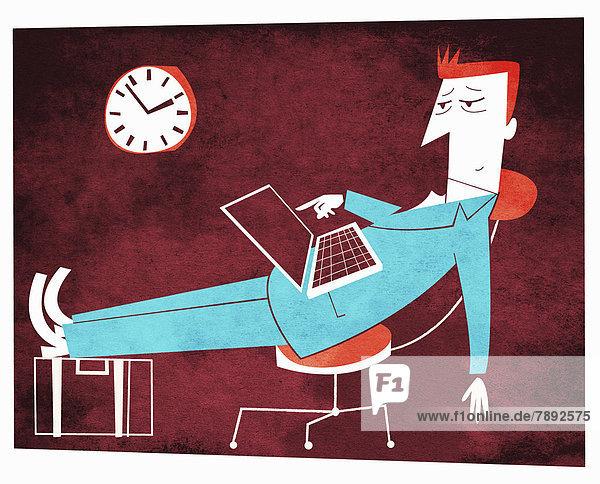 Müder Geschäftsmann mit hochgelegten Füßen benutzt einen Laptop