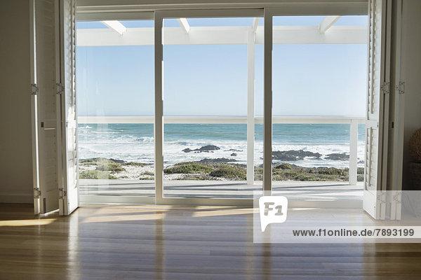 Das Meer von einer Glastür aus gesehen