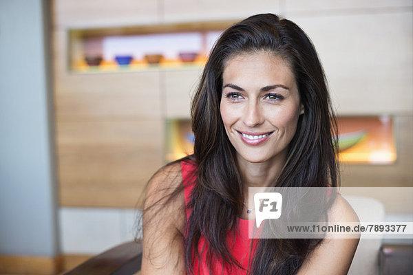 Nahaufnahme einer schönen Frau lächelnd Nahaufnahme einer schönen Frau lächelnd