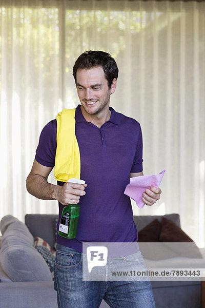 Lächelnder Mann mit Reinigungsgerät