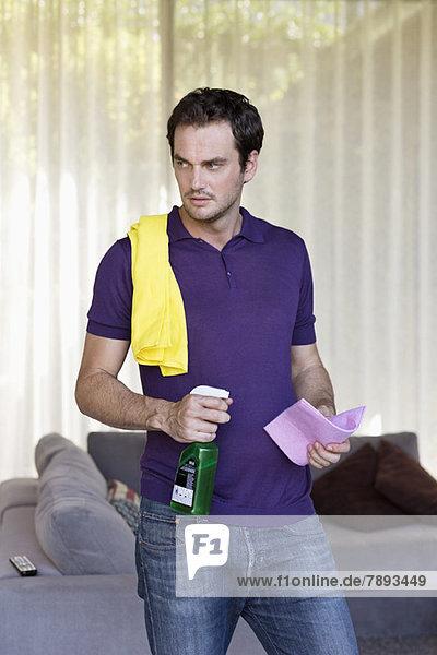 Mann mit Reinigungsgerät