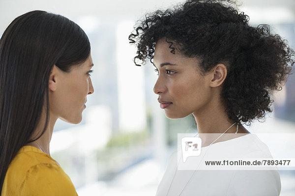 Nahaufnahme von zwei Freundinnen  die sich gegenseitig anschauen
