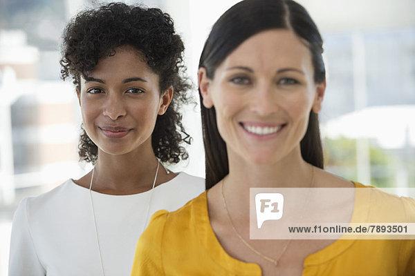 Porträt von zwei Freundinnen  die zusammen lächeln