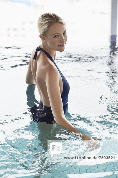 Porträt einer Frau im Schwimmbad stehend