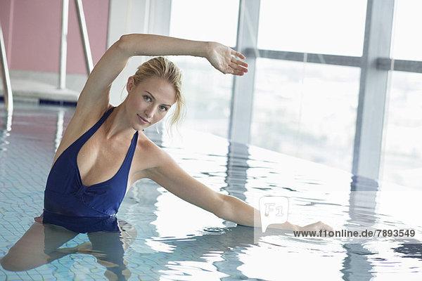 Porträt einer im Schwimmbad schwimmenden Frau