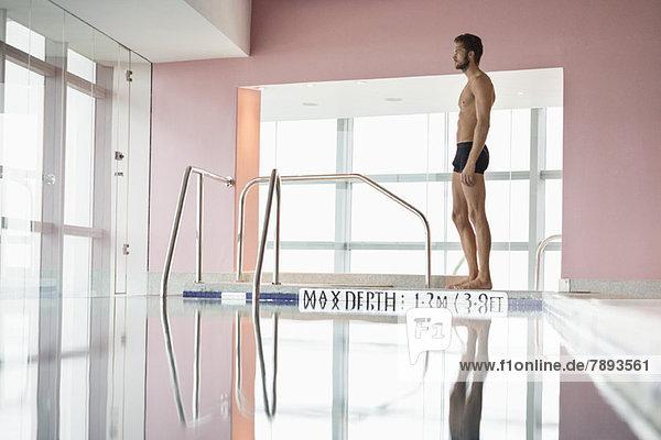 Mann am Pool stehend