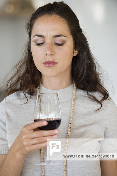 Nahaufnahme einer Frau mit einem Weinglas