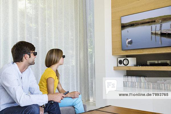 Mann und seine Tochter sehen sich einen 3D-Film an