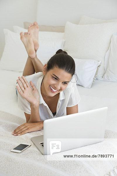 Frau mit Online-Video-Chat auf einem Laptop