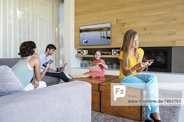 Familie mit elektronischen Geräten