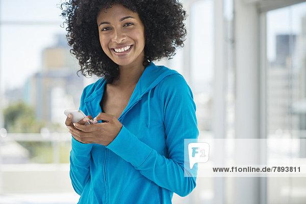 Porträt einer Frau SMS auf dem Handy