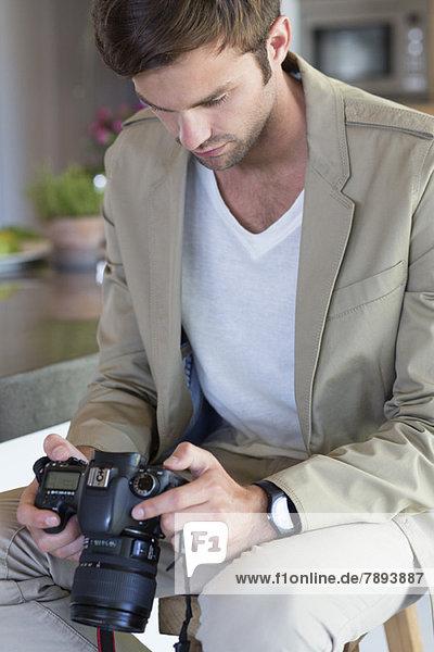 Mann mit einer Kamera