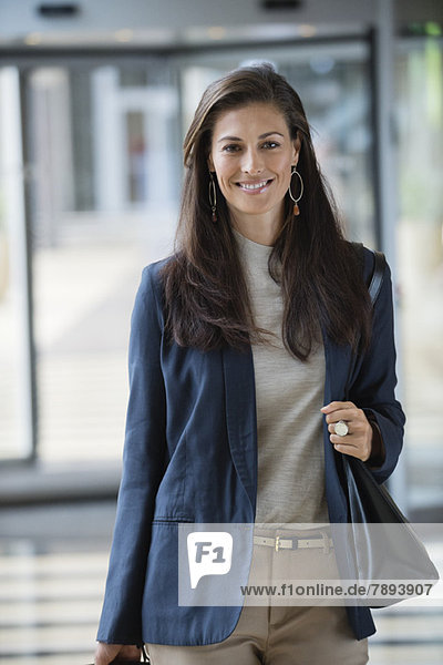Porträt einer lächelnden Geschäftsfrau in der Hotellobby