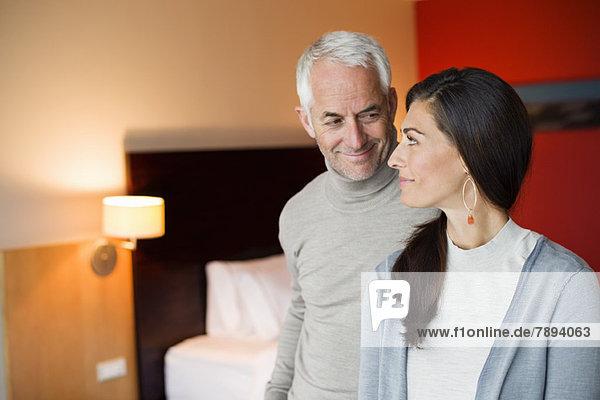 Paar lächelt in einem Hotelzimmer Paar lächelt in einem Hotelzimmer