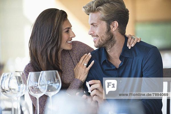 Mann mit Verlobungsring  der seine Freundin in einem Restaurant vorschlägt.