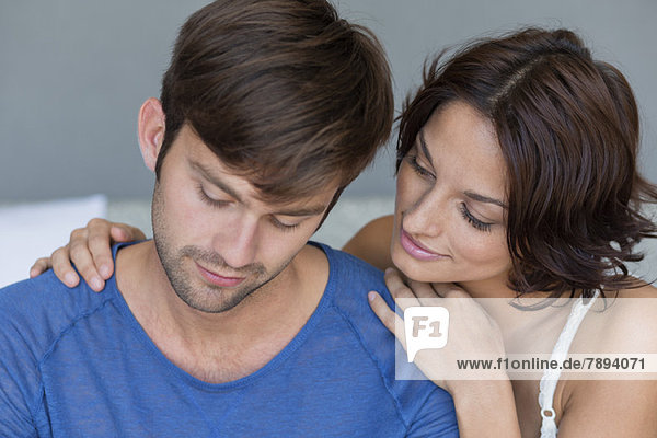 Frau  die ihren verärgerten Ehemann überredet.