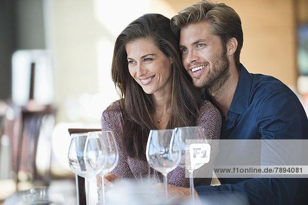 Paar genießt Getränke in einem Restaurant