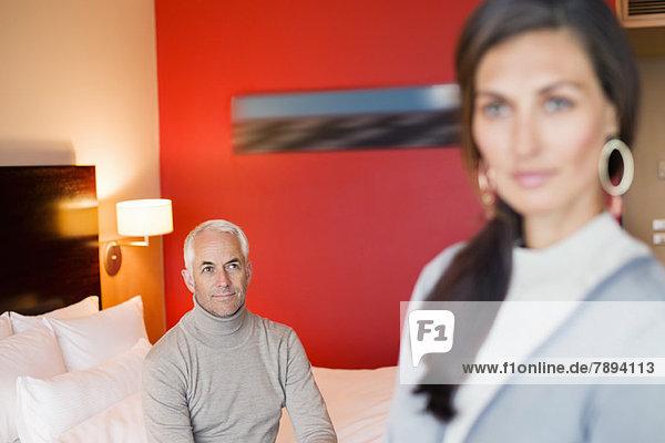 Mann sieht seine Frau in einem Hotelzimmer an