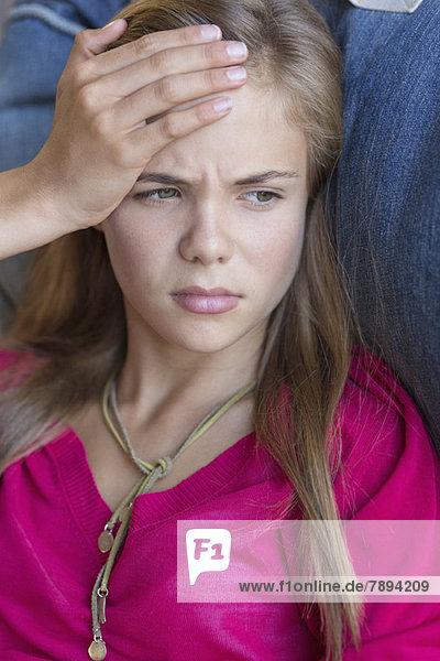 Nahaufnahme eines Mädchens mit Kopfschmerzen