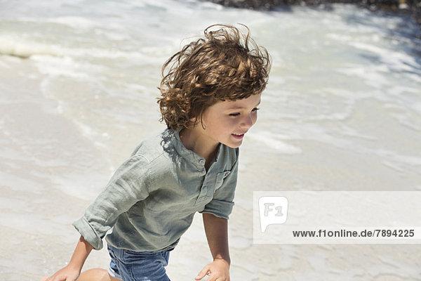 Junge genießt am Strand