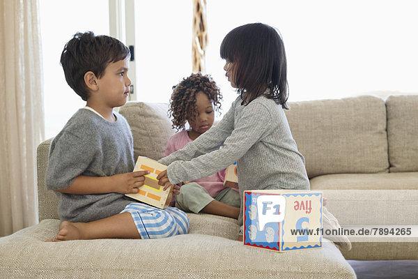Kinder spielen mit Zahlenblöcken