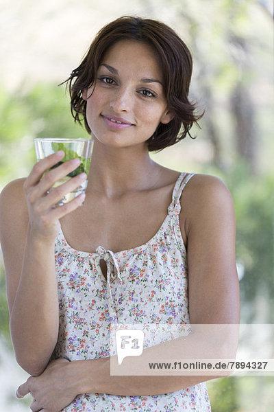 Frau mit einer Tasse Kräutertee