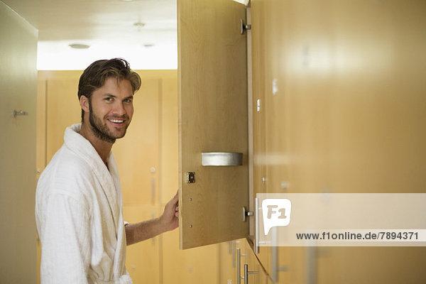 Porträt eines lächelnden Mannes in einer Umkleidekabine eines Kurortes