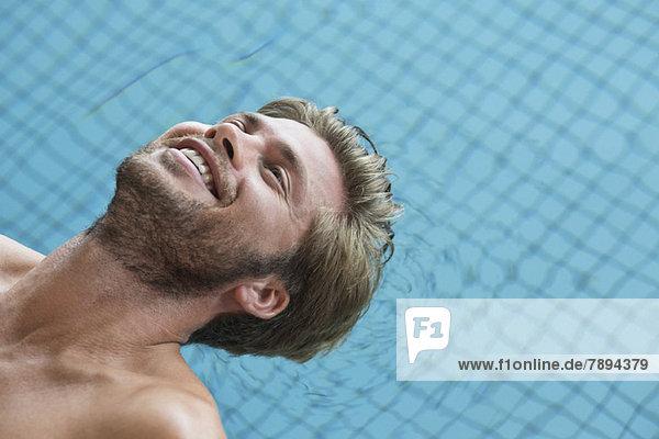 Mann im Schwimmbad