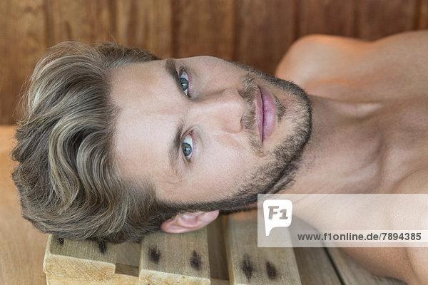 Porträt eines in der Sauna ruhenden Mannes