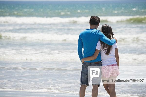 Paar genießt die gute Zeit am Strand