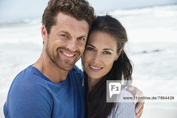Nahaufnahme eines glücklichen Paares am Strand