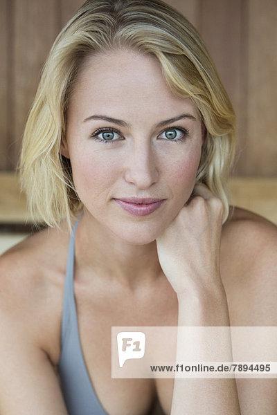 Porträt einer schönen Frau in der Sauna