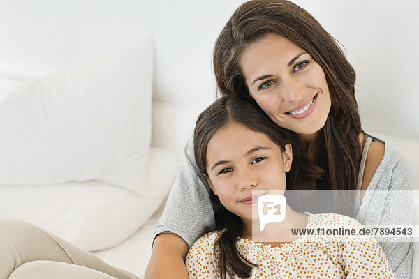 Porträt einer Frau und ihrer Tochter lächelnd