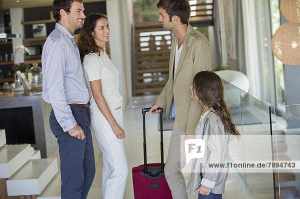 Mann mit seiner Tochter  der aus dem Urlaub bei seinen Freunden ankommt.