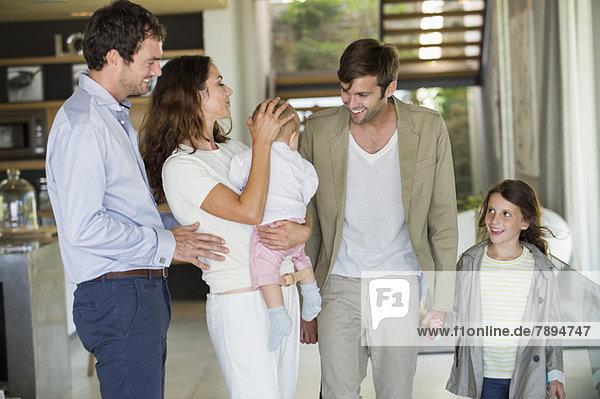 Eltern mit ihren Kindern zu Hause