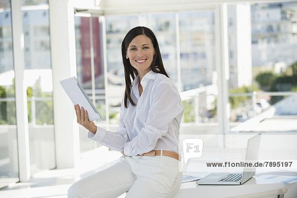 Porträt einer Geschäftsfrau mit einem digitalen Tablett im Büro