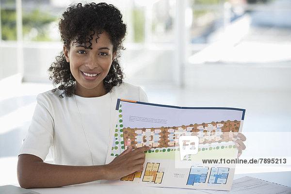 Immobilienmakler mit Plan