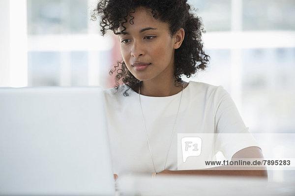 Frau bei der Arbeit am Laptop zu Hause