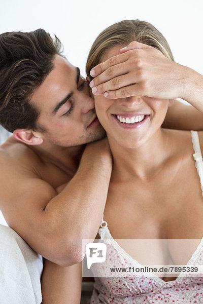 Romantisches Paar auf dem Bett