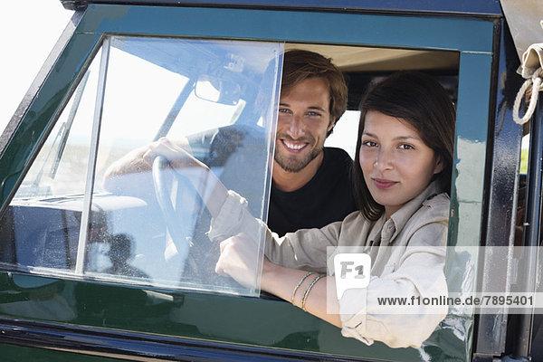 Paar in einem SUV