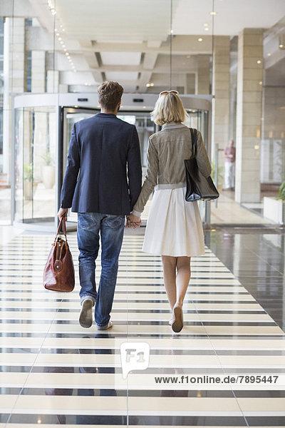 Pärchen zu Fuß auf einem Flughafen