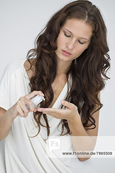 Nahaufnahme einer Frau mit Haarspülung