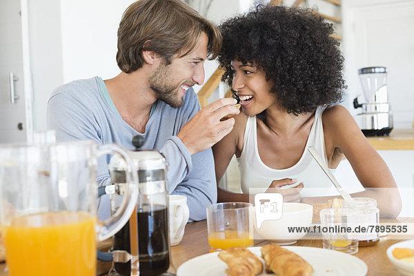 Mann füttert seine Frau mit Futter