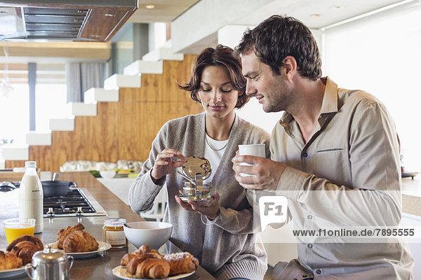 Paar beim Frühstück an der Küchenzeile