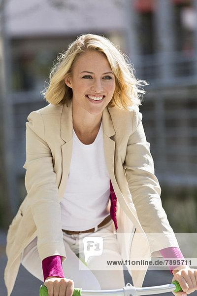 Frau fährt Fahrrad und lächelt