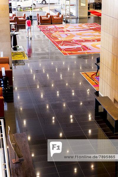 Hochwinkelansicht des Foyerbereichs eines Hotels